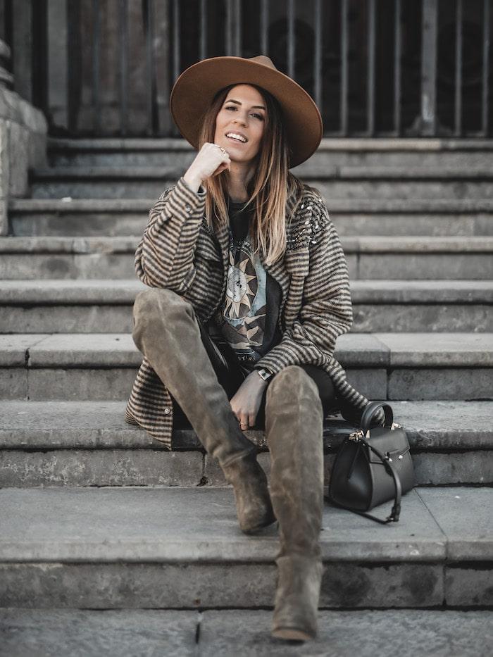 Idée look inspiration tenue femme 2020 bottes cuissardes daim kaki Apologie Paris blog mode Lyon France By Opaline