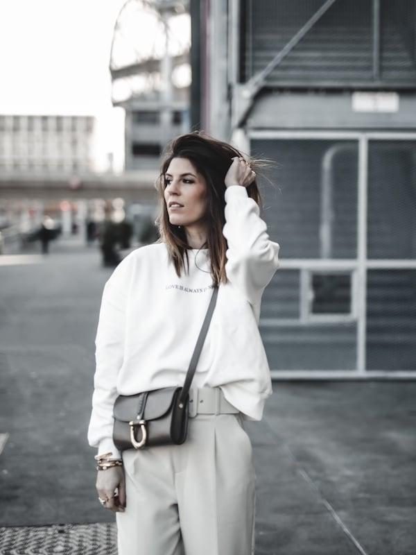 Inspiration mode look femme 2020 fashion sweat blanc pantalon beige Zara
