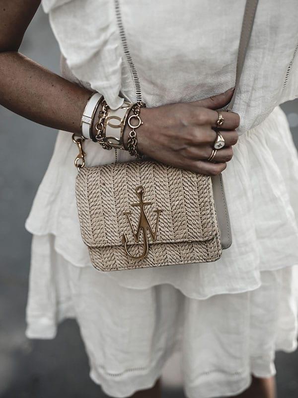 Inspiration mode look femme 2020 fashion accumulation bijoux et sac raphia JW Anderson