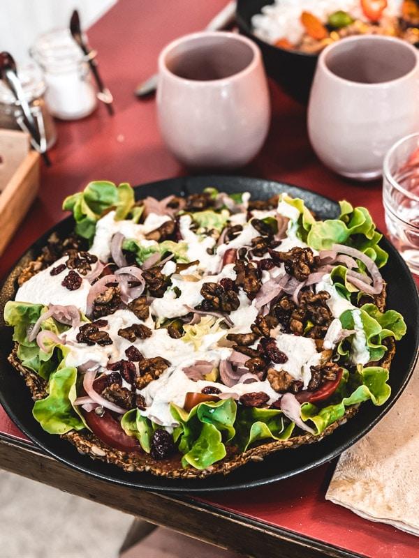 Manger végétarien ou vegan au pays basque, mes meilleures adresses. La pizza crue vegan par Xuxu Biarritz.