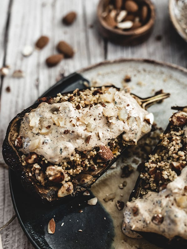 Recette vegan aubergines farcies au quinoa, amandes et citron confit, sauce tahin