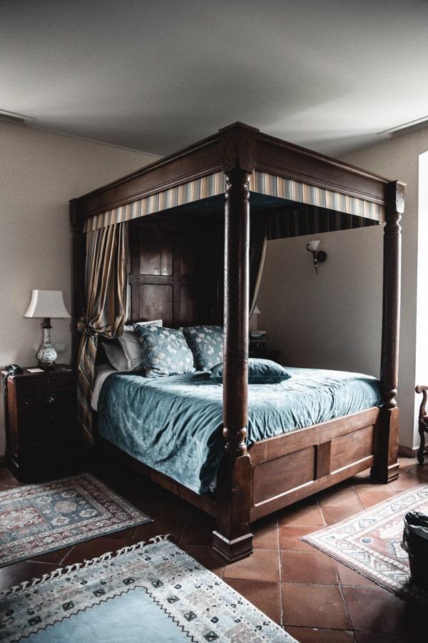 Un séjour ou un week-end au Château de Chapeau Cornu vers Lyon - Le lit à baldaquins de la chambre au style d'époque