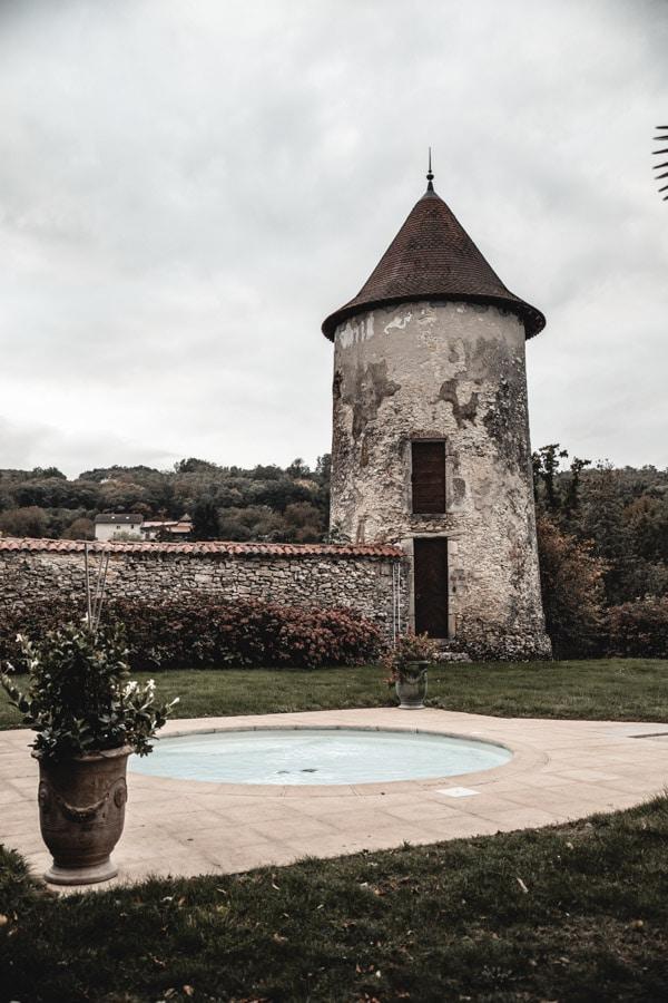 Un séjour ou un week-end au Château de Chapeau Cornu vers Lyon - Le jacuzzi devant une tour en pierres