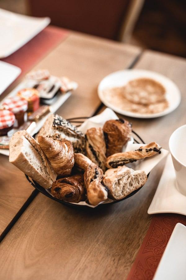 Un séjour ou un week-end au Château de Chapeau Cornu vers Lyon - Les viennoiseries du petit déjeuner