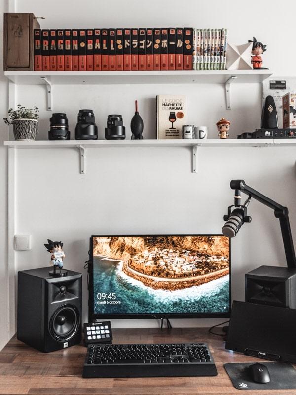 Décoration du bureau avec DIY bureau bois pieds métal, ambiance gaming, manga et Dragon Ball Z.