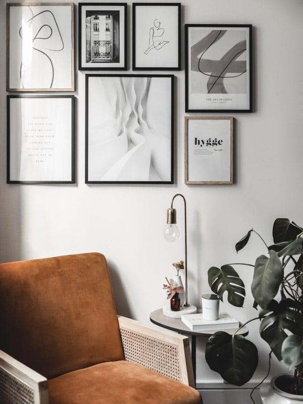 Décoration du bureau avec DIY bureau bois pieds métal, coin lecture fauteuil velours et cannage et mur de cadres Desenio