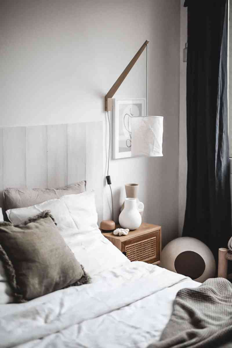 Décoration de la chambre dans un esprit bohème, chaleureux et apaisant. Des matières naturelles comme le bois, l'osier ou le lin se déclinent en coloris neutres (beige, blanc...). Enfin, découvrez notre DIY pour réaliser une tête de lit à partir de planches de bois massif. Le lit est couvert de draps en lin blanc et beige.