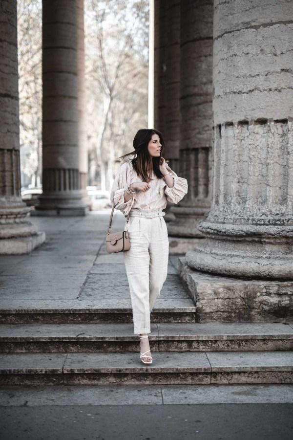 idée look femme 2021 inspiration. Tenue blouse broderie anglaise, pantalon en lin et sandales beiges.