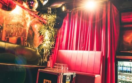 Karakter opent een tweede private karaokekamer