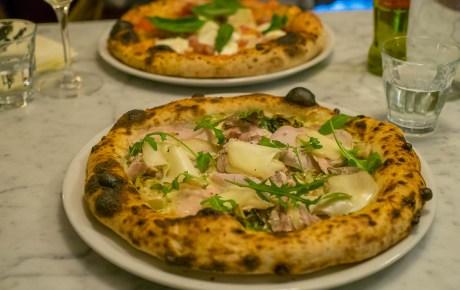 Voor heerlijke pizza's met een fluffy korst moet je naar deze toffe pizzeria in Amsterdam Oost
