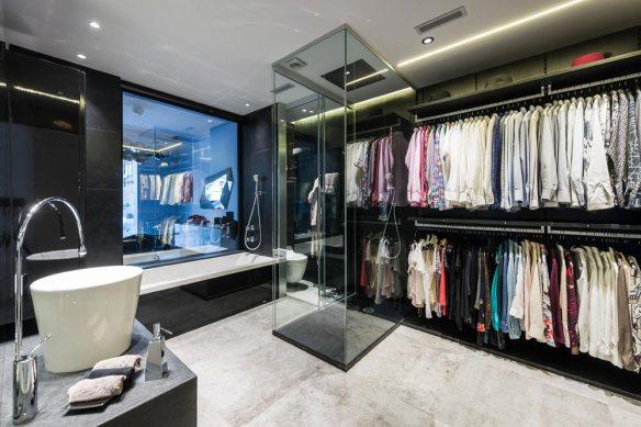 Baño moderno con ducha, bañera y vestidor. Color negro y gris. Piso Eixample Barcelona