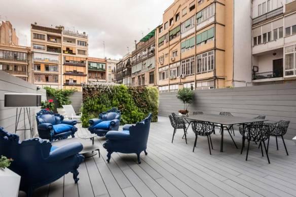 Patio / Terraza de un piso con jardín vertical, zona de comedor y zona de relax. Mobiliario Exterior,