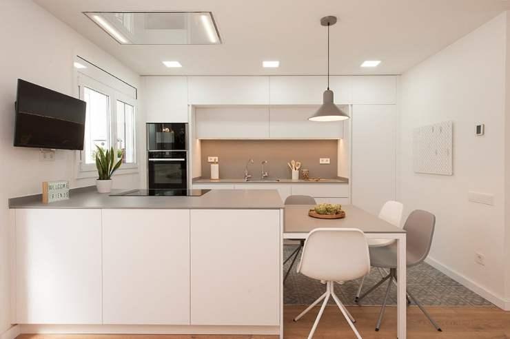 Lámpara colgante gris encima zona de comedor cocina