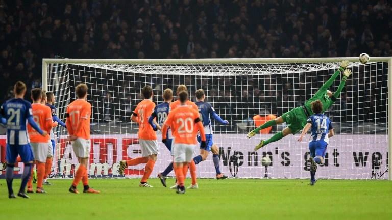 Marvin Plattenhardt (Nr. 21) erzielt per Freistoß das Tor zum 1:0 gegen Darmstadt 98 (Foto von City-Press GbR) (Foto: City-Press GbR)