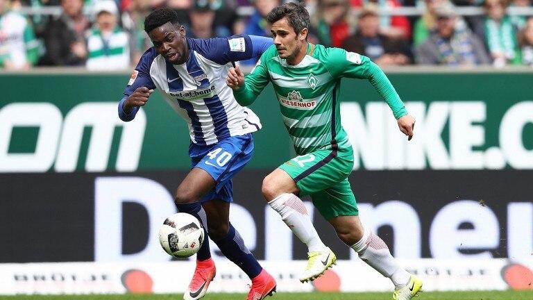 Jordan Torunarigha (l.) läuft Werders Fin Bartels den Ball ab. Bei der 0:2-Pleite in Bremen war der Innenverteidiger der beste Herthaner (Foto: Bongarts/Getty Images)