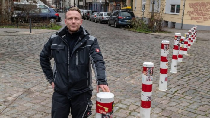 "Dirk Brinkmann (35), building cleaner from Hellersdorf: ""I am out and about here in the Samariter Kiez almost every day.  The traffic blocks cost me nerves and unnecessarily long distances (Photo: Olaf Selchow)"