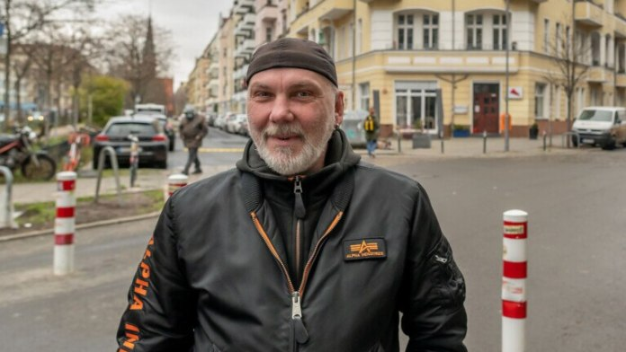 "Steven Ewen (50), bartender: ""I almost always walk or cycle anyway.  There is only one disadvantage: Many frustrated drivers then drive on one-way streets that they are actually not allowed to use ""(Photo: Olaf Selchow)"