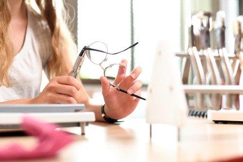 Zum anatomischen Anpassen einer Brille braucht man neben geeignetem Werkzeug natürlich auch das notwendige Gefühl.