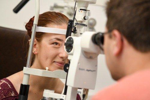 Untersuchung des vorderen äußeren Augenabschnitts mit dem Spaltlampenmikroskop an der Münchener Fachschule für Augenoptik.