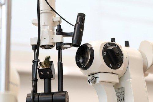 Das Spaltlampenmikroskop (Biomikroskop) dient zur Untersuchung und Beurteilung des vorderen äußeren Augenabschnitts.