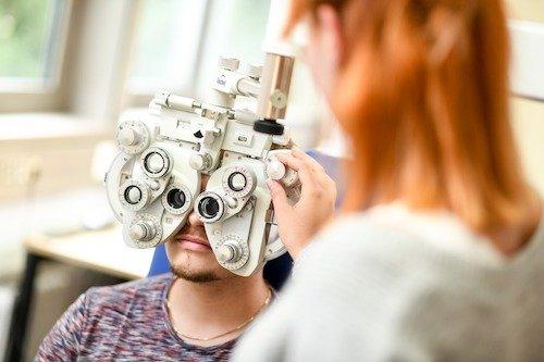 Die subjektive Ermittlung des Korrektionsbedarfs fehlsichtiger Kunden in Ferne und Nähe gehört zur Kernkompetenz staatlich geprüfter Augenoptikerinnen und Augenoptiker. Refraktionsmessbrille und Phoropter (manuell und elektronisch gesteuert) kommen je nach Bedarfslage zum Einsatz.