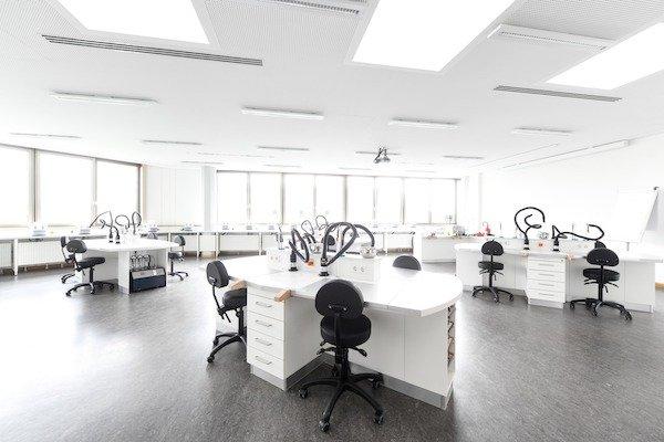 Einer der Werkstatträume der Berufsschule für Augenoptik München. Hier finden auch die Gesellenprüfungen statt.