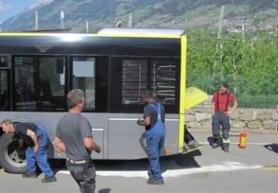 Tirolo, in fiamme il bus: illesi i passeggeri