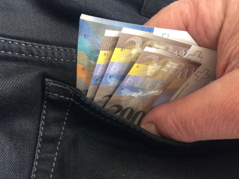 Geld_aus_der_Tasche_ziehen.jpg