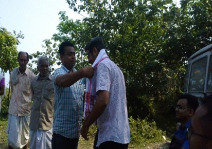 Dr Kuldeep Singh Shekhawat being felicitated by the Jorhat Boat Clinic unit