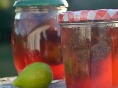 Conserves fruits au sirop, stérilisation en bocaux de figues