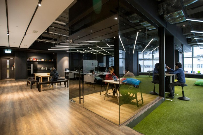 Minimalist-black-and-white-interior-of-9GAG-Office-in-Hong-Kong-designed-by-LAAB-Architects-10