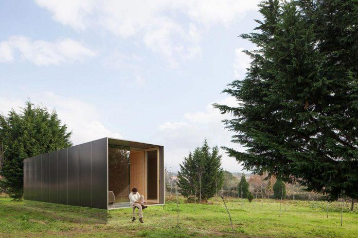 mima-light-minimal-modular-construction-seems-levitate-ground-due-lining-base-mirrors-04