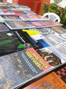 Banquinha de livros e materiais libertários à venda em Florianópolis.