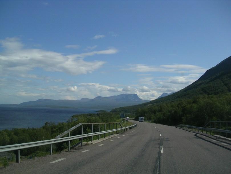 Estrada E10 xunto o lago Torneträsk (Suecia)