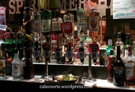 Alcohol de distintas graduacións nun pub