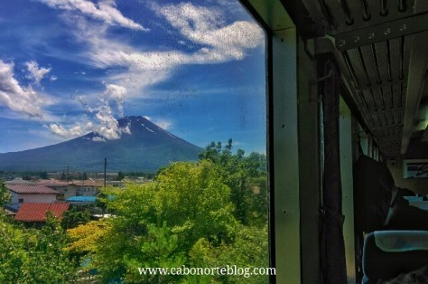 En tren camino de Kawaguchiko con el Monte Fuji al fondo