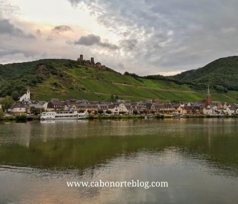 Un pueblo y castillo a orillas del Río Mosela