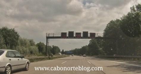Paneles luminosos con avisos y restricciones de velocidad