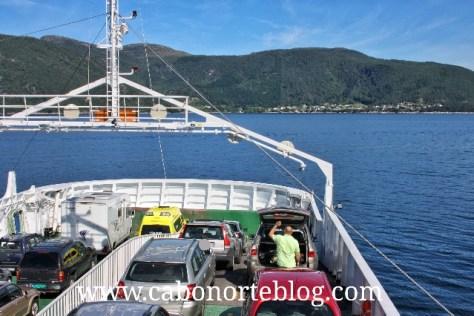 Cruzando un fiordo noruego en ferry