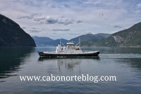 Ferry cruzando un fiordo en Noruega