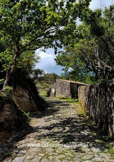 Subindo tras pasar a aldea do Picón