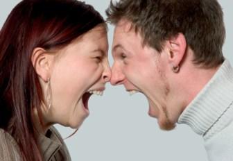 oameni care urla unul la celalalt