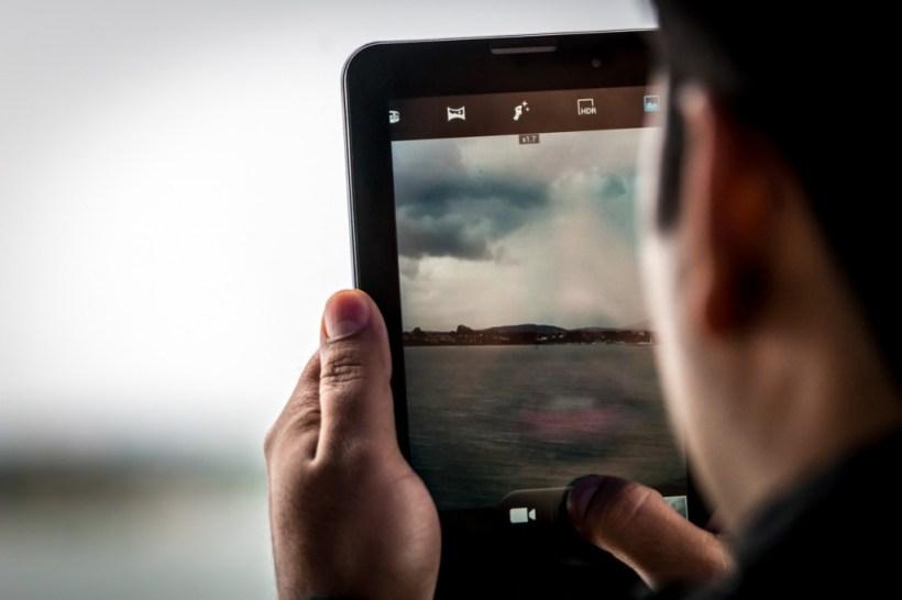 lumea intr-un touchscreen