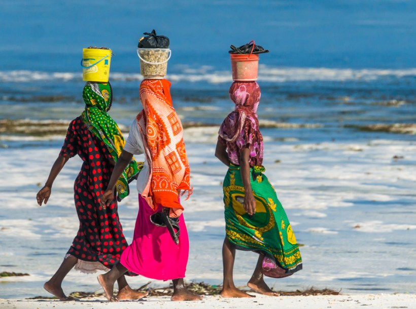 Echilibru - tanzanian womens carry buckets on their heads