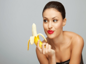 China prohíbe vídeos en internet de gente comiendo bananas de forma seductora