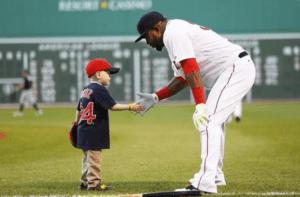 David Ortiz recibe visita del niño al que le prometió un jonrón