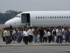 Un grupo de cien deportados de los estados Unidos, bajan del avi