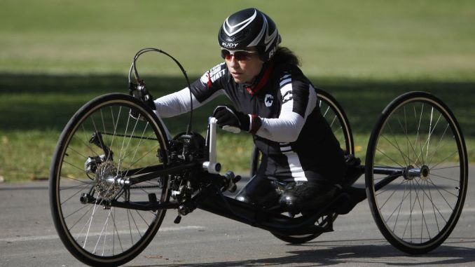 Pascale Bercovitch en bicicleta de manos