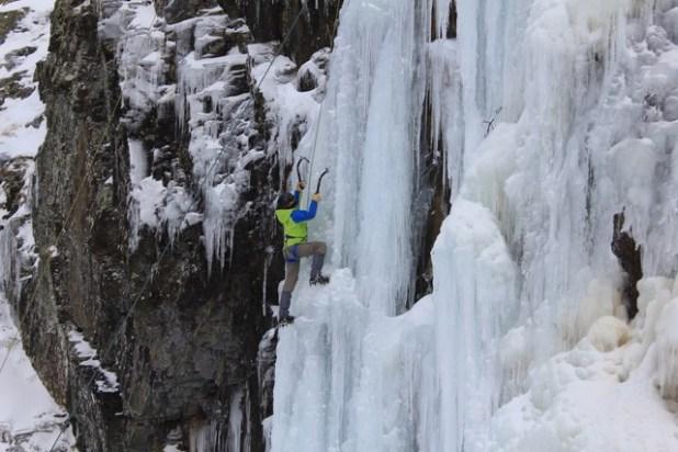 Sortie école d'aventure du club alpin de Bagnères-de-Bigorre à la cascade de glace d'Aragnouet