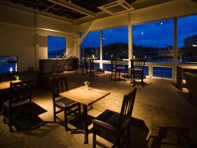 夜のカフェドレヴェーリの店内